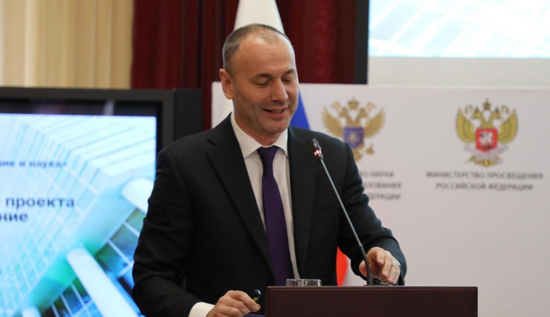Заместитель руководителя Федеральной службы по надзору в сфере образования и науки Анзор Музаев представил проект «Педагогическое образование 2024» на всероссийском форуме в Грозном.